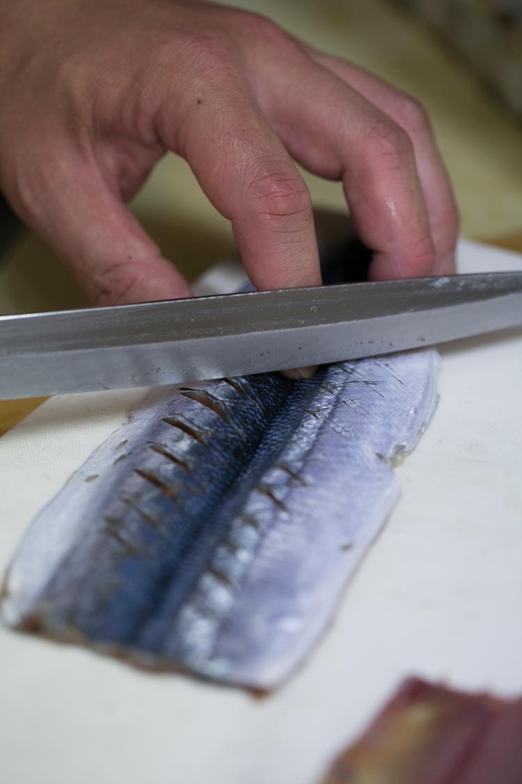 秋刀魚寿司づくり_皮に切れ目を入れる