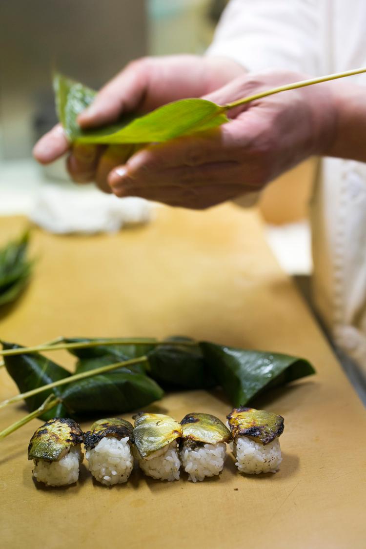 鮎の笹巻寿司_笹巻き2